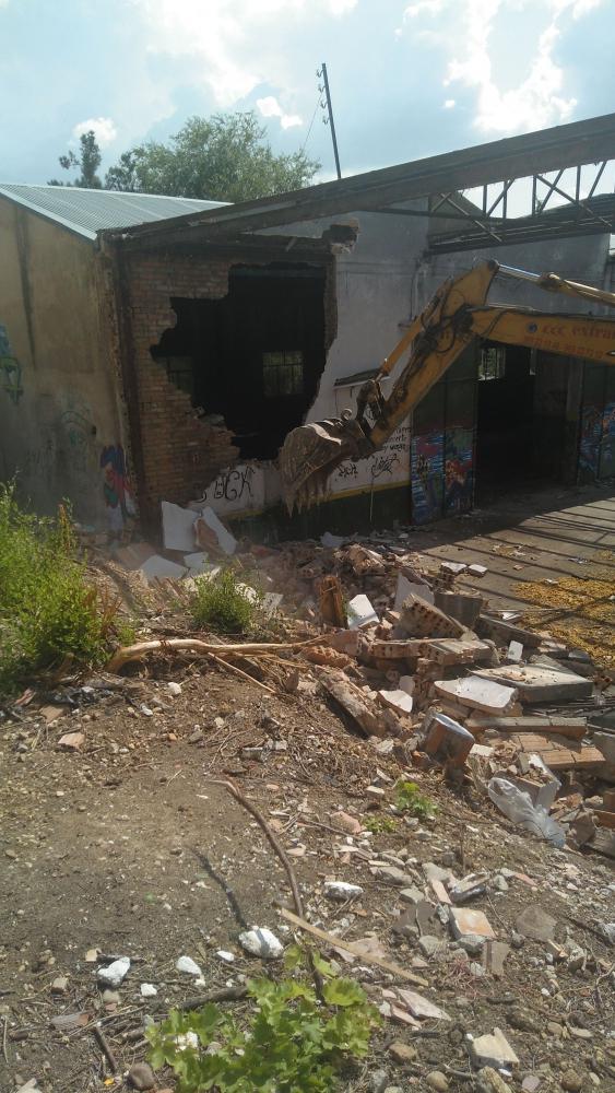 Comienza la demolicion de edificacion existente para la construccion de 48 viviendas (Cuenca)