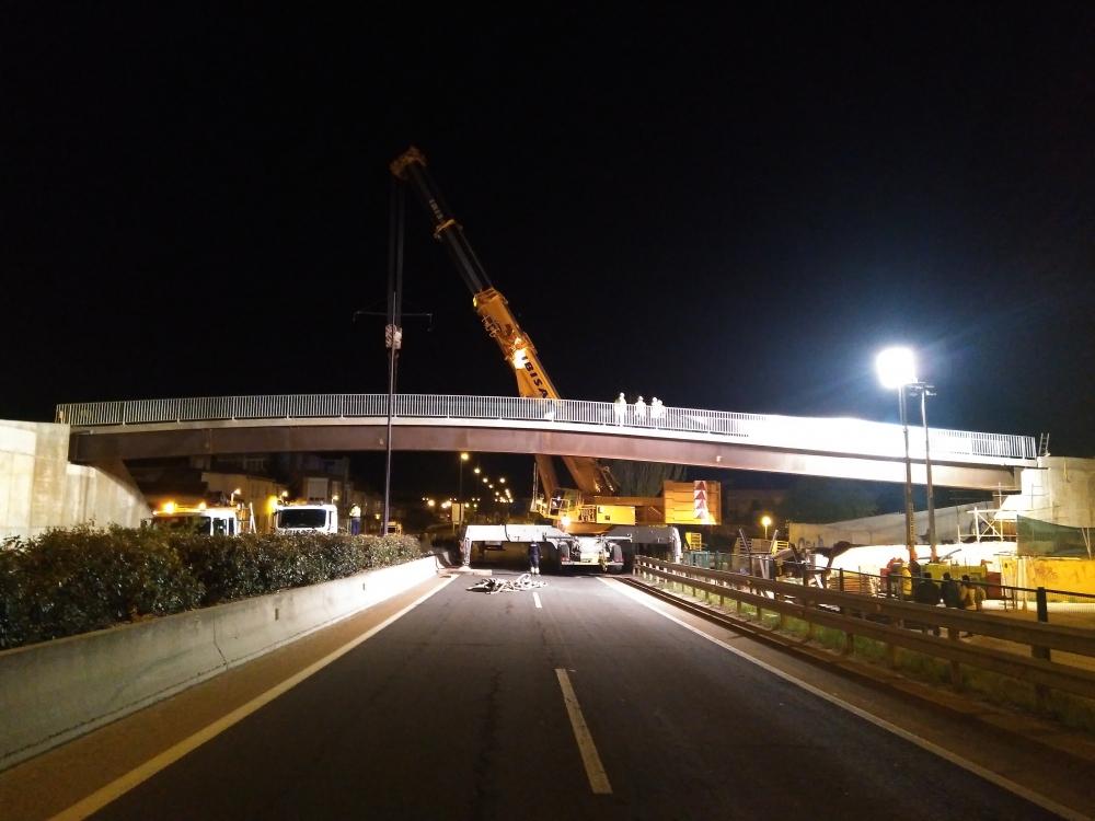 Montaje de la nueva pasarela sobre la carretera BU-11 en el P.K. 1+300 en Burgos